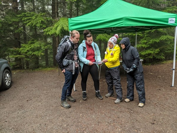 Kathy Weller and Zua Stivers discussing LNT Principles with hikers. Photo by Jim French..jpg